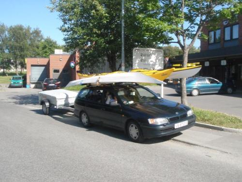 Bilen med tilhenger og 3 kajakker