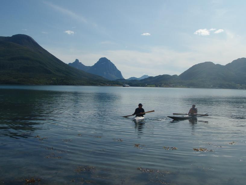 Min vestgrønlandskajakk og en Tahe Marine Greenlander Pro med Blokktind i bakgrunnen