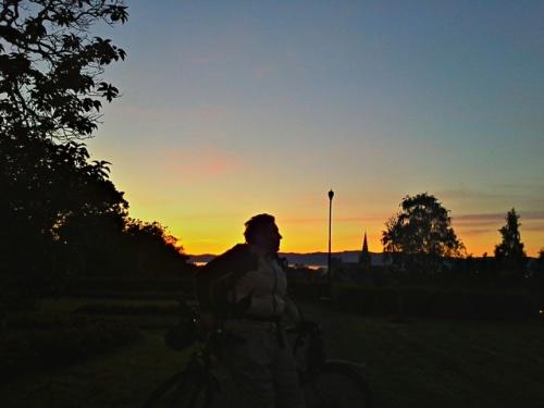 Betty, Domkirken og solnedgangen sett fra Høyskoleparken.