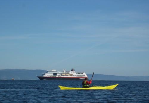 Betty og sydgående Hurtigrute (avgang 10:00)