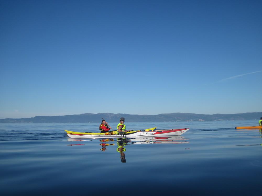 Betty & Anna på speilblank fjord