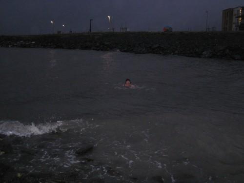Forfriskende bad i høstlig ruskevær