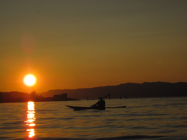 Padler i solnedgang