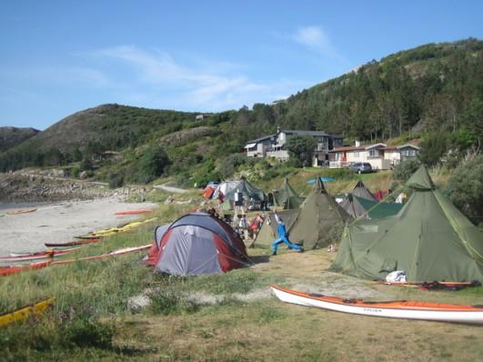 Teltene ved stranda.