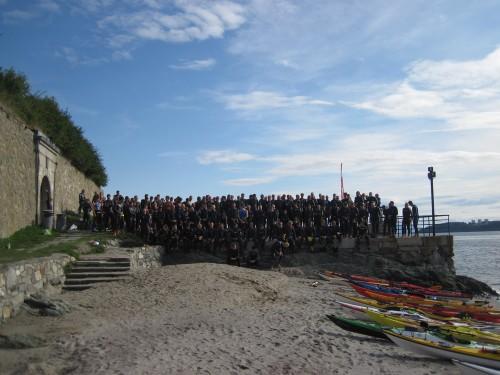 Gjengen klar til å gå i vannet