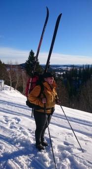 Praktisk med skiene på sekken.